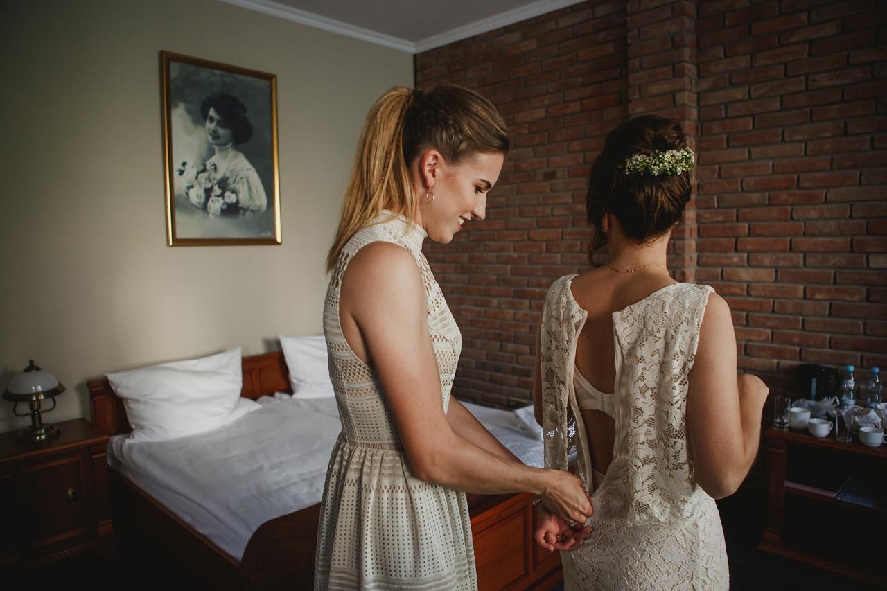 zakładanie sukni ślubnej
