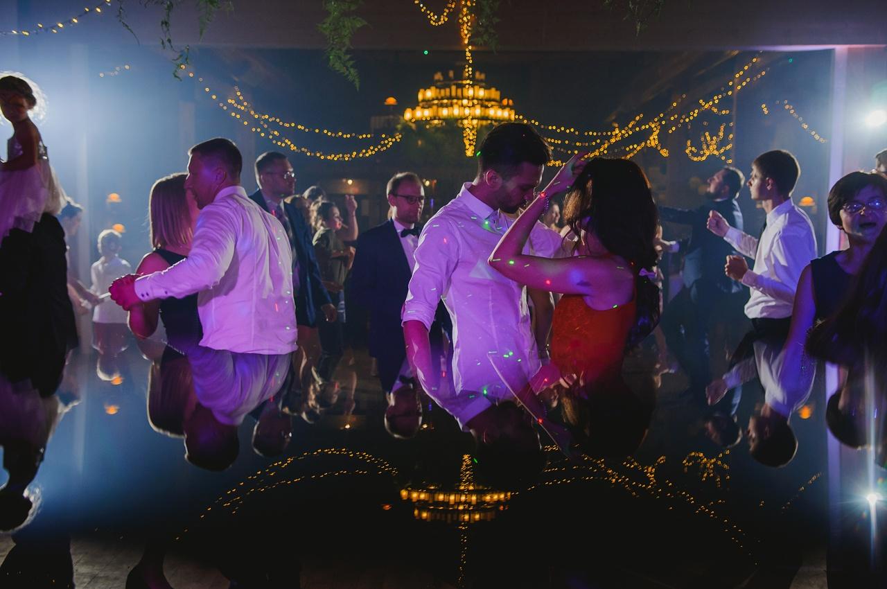 sznur żarówek na sali weselnej