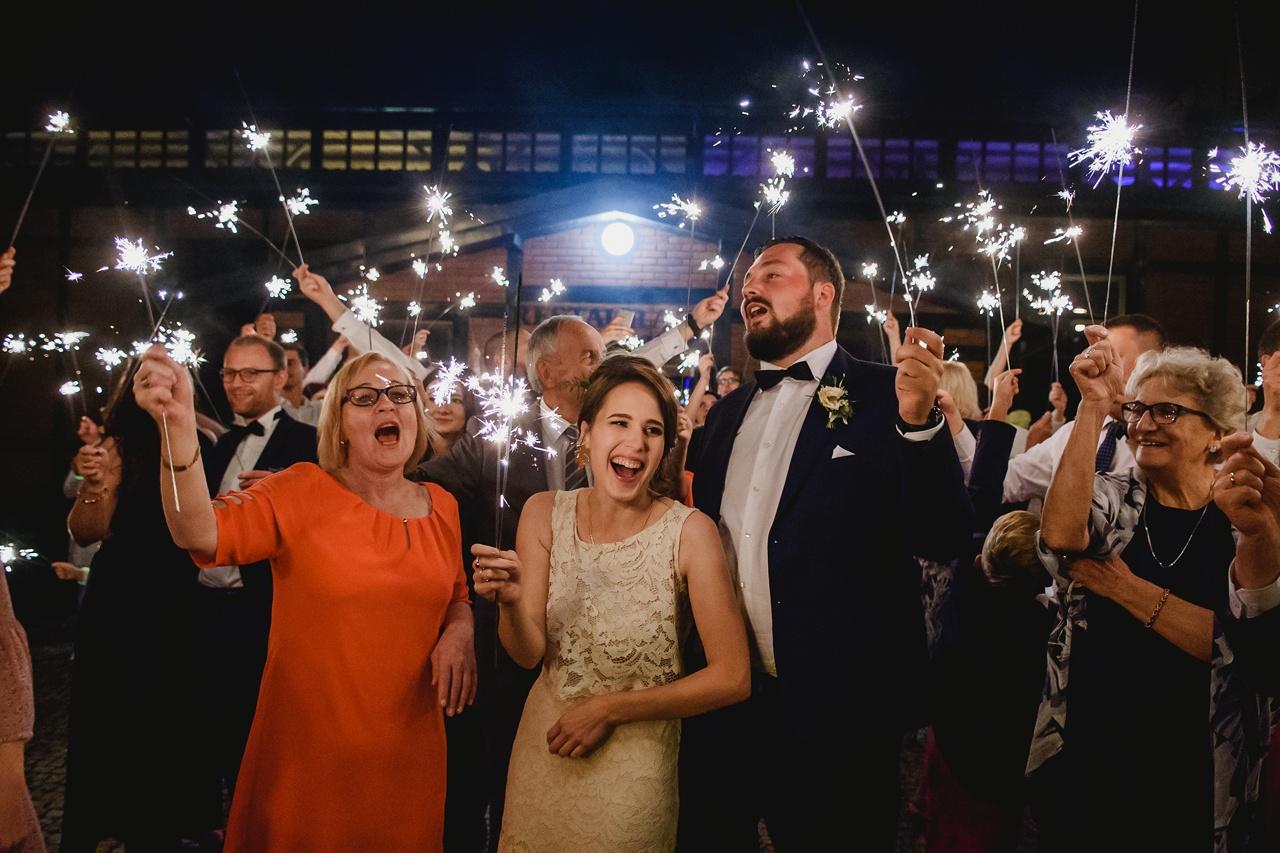 zdjęcia z zimnymi ogniami na weselu