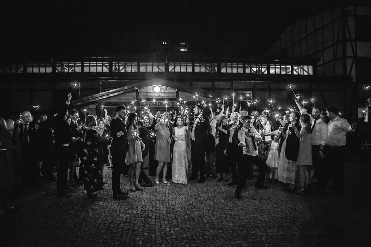 zdjęcia ślubne z zimnymi ogniami